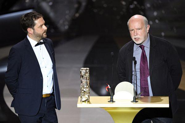 Le directeur et dessinateur Aurélien Froment, plus connu sous le nom d'Aurel reçoit le césar du meilleur film d'animation en compagnie de son producteur Serge Lalou.