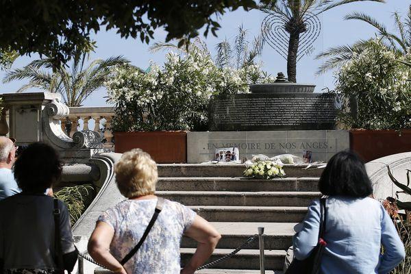 Mémorial provisoire en hommage aux victimes de l'attentat de Nice (Archives)