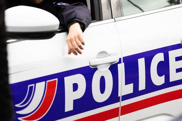 Illustration. Une voiture de police stationnée lors d'une opération de surveillance de la voie publique.