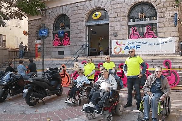 09/10/2017 - Action coup de poing de l'APF pour dénoncer l'accès à la poste centrale d'Ajaccio