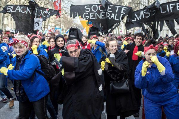 Des militantes féministes manifestent contre la réforme des retraites le 29 janvier à Paris.