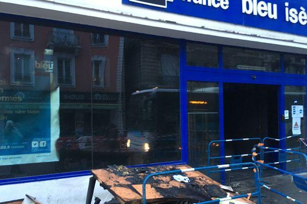Les locaux de France Bleu très endommagés après l'incendie de la nuit dernière.