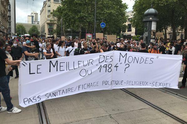 Banderole faisant référence aux romans d'anticipation d'Aldous Huxley et George Orwell. Manifestation anti-pass sanitaire à Nancy, samedi 24 juillet 2021.
