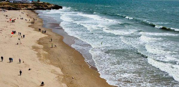 Les jeunes sauveteurs apprennent à aller secourir des victimes en détresse peu importe les conditions de mer.