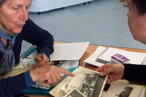 Maria Dopont a retrouvé des photos ou des lettres de son père qui a aidé des réfugiés sur la ligne de démarcation dans l'Allier durant la Seconde Guerre.