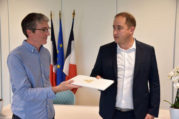 Signature de la convention d'attribution d'un logement, par le Maire de La Riche Wilfried Schwartz et maître Jérôme Damiens-Cerf qui représente la jeune réfugiée.