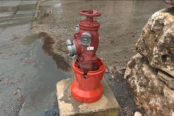 C'est dans l'eau stagnante de cette borne incendie, située avenue Louison Bobet à Grasse, que la présence du parasite Cryptosporidium a été détectée.