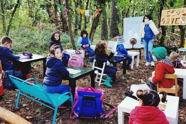 Cette rentrée d'après confinement avait presque un air de classe verte. Certains parents de Montmeyran, dans la Drôme, regrettent la décision du maire Bernard Brunet de ne pas rouvrir l'école communale.