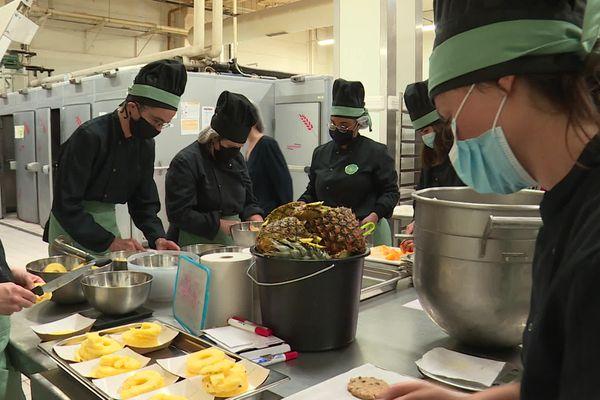 Une brigade de travailleurs handicapés transforme les invendus alimentaires en jus de fruits et légumes