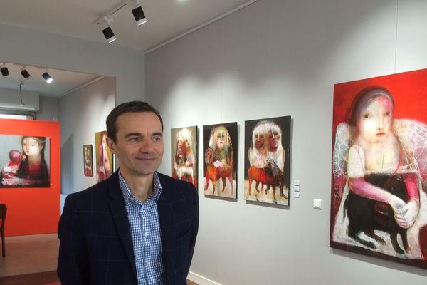 Le galeriste tourangeau Olivier Rousseau au milieu des oeuvres de SYLC