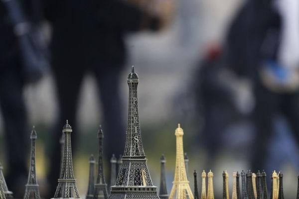 Des tours Eiffel miniatures vendues à Paris (illustration).