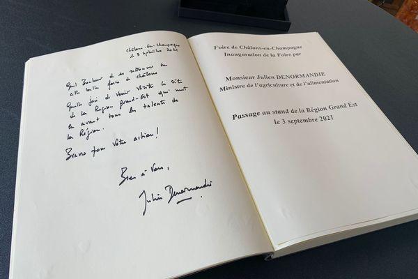 Le livre d'or signé par Julien Denormandie.