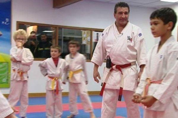 Mario Marcou et les élèves de son école de karaté à Pérols dans l'Hérault, une histoire de 30 ans. 28/12/2012