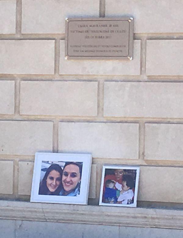 Plaque commémorative sur le parvis de la gare Saint-Charles, en hommage à Mauranne et Laura, assassinées à l'arme blanche par un terroriste le 1er octobre 2017
