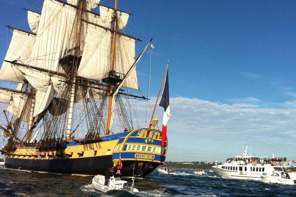 L'Hermione, réplique du trois mâts de La Fayette, quitte le port de Brest