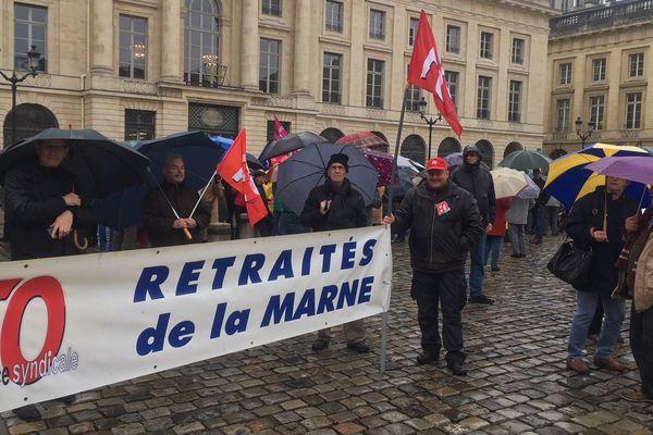 Plus de 300 retraités se sont retrouvés devant la sous-préfecture de Reims pour manifester.