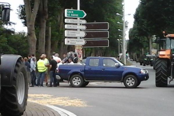 Les eleveurs de l'Eure bloquent les accès de la ville d'Evreux depuis 7h00 ce mardi 21 juillet 2015.