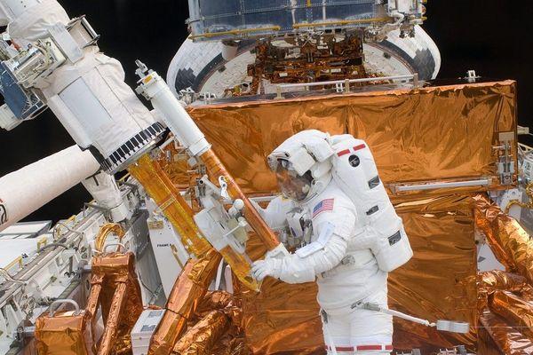 L'astronaute Mike Massimino intervenant sur Hubble en 2009.