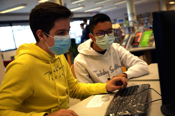 Concentration lors de la finalisation de l'écriture des textes avant de les dire devant le micro.