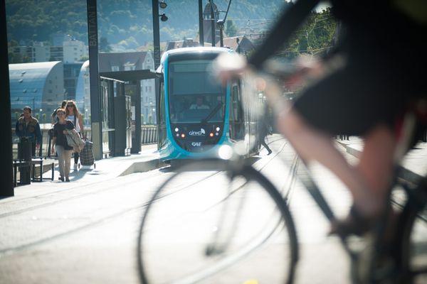 A Besançon, le tramway qui circule depuis 2014, offre une alternative à la voiture