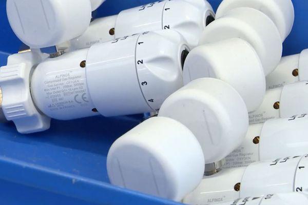 Des robinets détendeurs, utilisés en assistance respiratoire, fabriqués par la société de Genlis