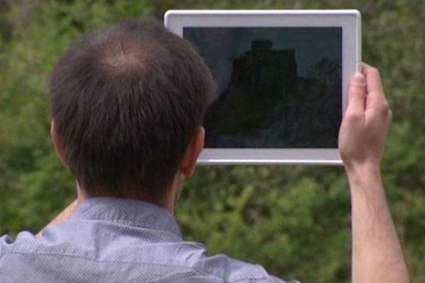 La tablette permet de visualiser le château tel qu'il pouvait être au XVe siècle
