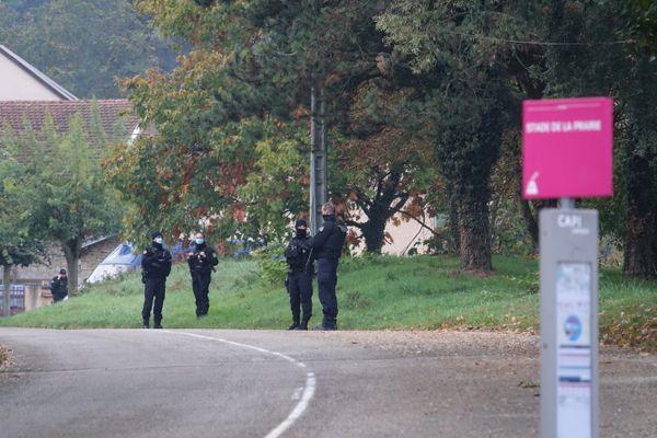 Les enquêteurs de la Section de recherches et les techniciens en identification criminelle ont bouclé les lieux du drame, mercredi 14 octobre, de 7 heures à 8h30, selon les observations d'un journaliste du Dauphiné libéré.