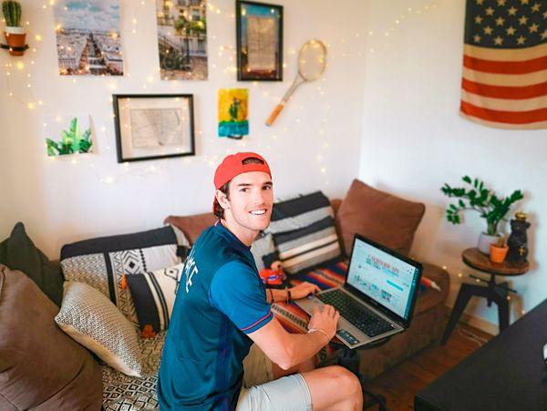 Jordan, travaillant sur sa chaîne Youtube.