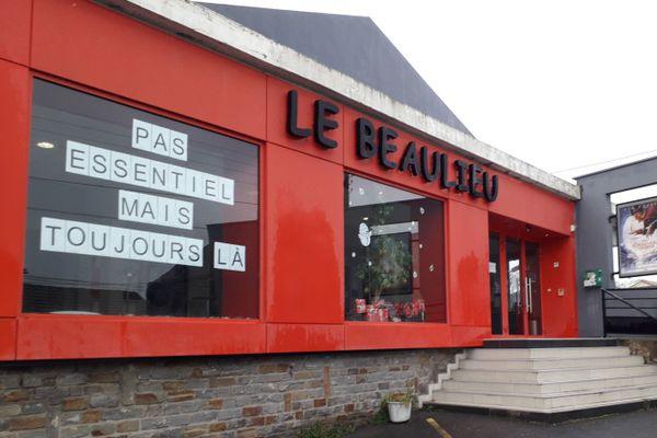 """""""Pas essentiel mais toujours là"""", la nouvelle affiche du cinéma Le Beaulieu à Bouguenais en Loire-Atlantique"""