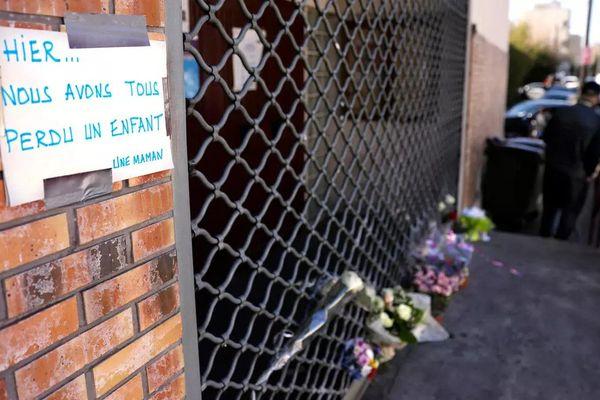 Hommage au jeune garçon de 15 ans tué par balle à Bondy, en Seine-Saint-Denis, au lendemain de sa mort, le 27 février 2021. © AFP