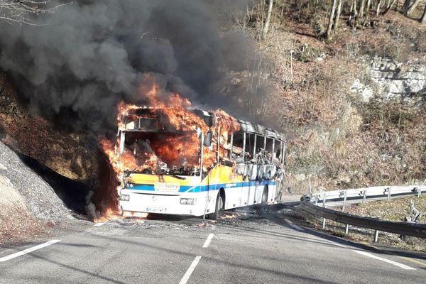 Le car a entièrement brûlé.