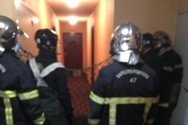 Les sapeurs-pompiers animaliers lors de leur intervention. Le sanglier se trouve au fond du couloir, à moitié caché derrière une caisse.