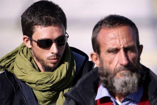 Pierre Legrand avec son chèche avec l'autre ex-otage Daniel Larribe à Villacoublay