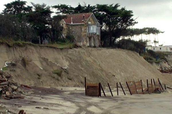 La Villa Surprise en équilibre sur la dune à Soulac s/Mer, le 29 janvier 2014