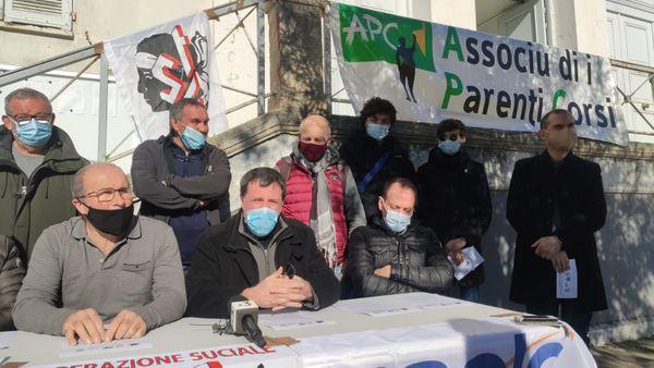 Des syndicats enseignants, des étudiants et des associations de parents d'élèves se sont rassemblés devant le rectorat, à Ajaccio, lundi 15 février.