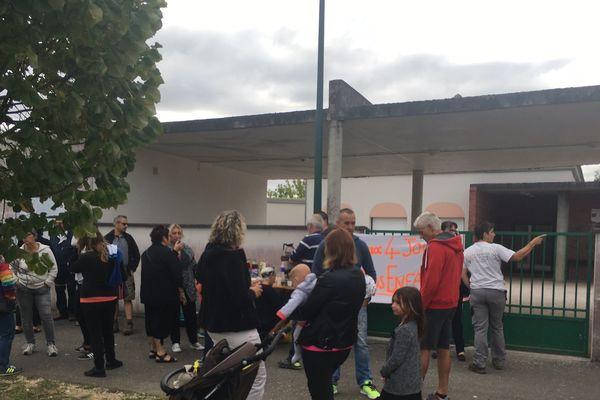 Les parents d'élèves du groupe scolaire Maurice Vachet se mobilisent, ce mercredi 7 septembre 2017, à Esbarres (Côte d'Or)