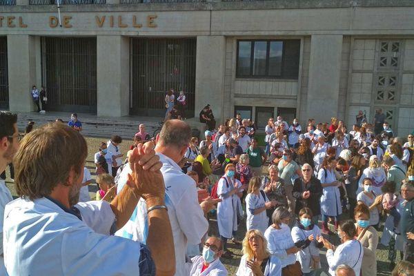16 juin 2020 -19h - Mobilisation de plus de 1000 personnes (soignants et citoyens) devant l'hôtel de ville du Havre pour défendre l'hôpital public