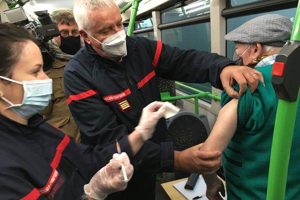 Un octogénaire vacciné en janvier 2021 dans la Marne, lors d'une tournée de vaccination en bus.