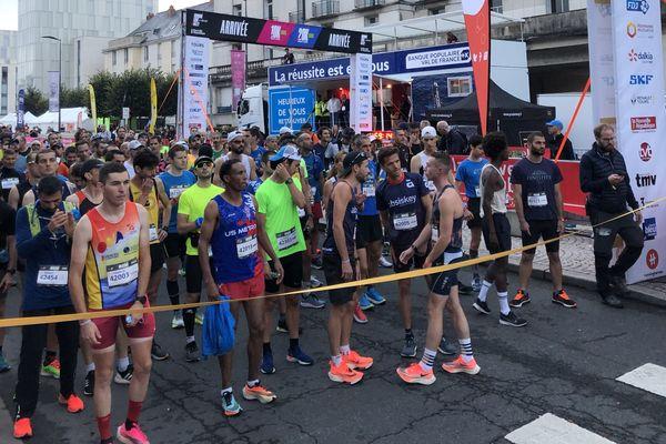 Les concurrents du marathon sur la ligne de départ.