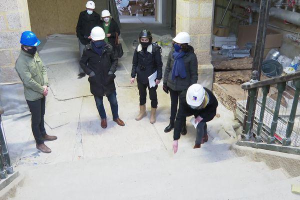 L'équipe de l'architecte en chef des monuments historiques inspecte les marches de l'escalier principal du futur Espace des Sciences. Des nez de marche ont été cassés pendant les travaux