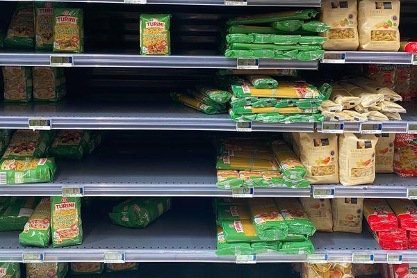 Les insulaires sont nombreux à faire des stocks de denrées alimentaires non-périssables, pâtes en première ligne.