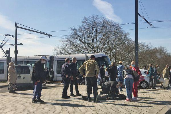 Rouen le 24 mars 2021- Un piéton blessé après avoir été percuté par une fourgonnette est pris en charge par les policiers avant l'arrivée des pompiers