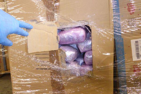 445 kg de cannabis dissimulés dans des bonbons saisis par les douaniers d'Hendaye au Pays basque. La valeur de la marchandise de fraude est estimée à plus de trois millions d'euros sur le marché illicite de la revente.