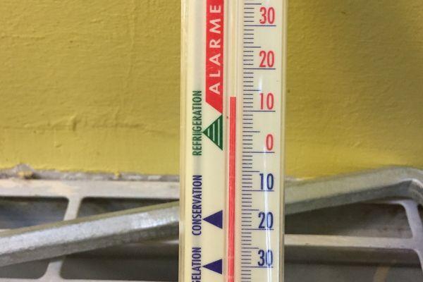 Dans une des classes de l'école maternelle, le thermomètre affiche 13 degrés.