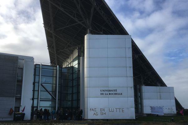 Des étudiants bloquent l'entrée du Technoforum à La Rochelle