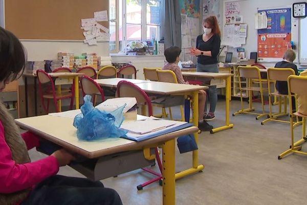 Dans les classes, les élèves sont en petits groupes pour permettre la distanciation physique.