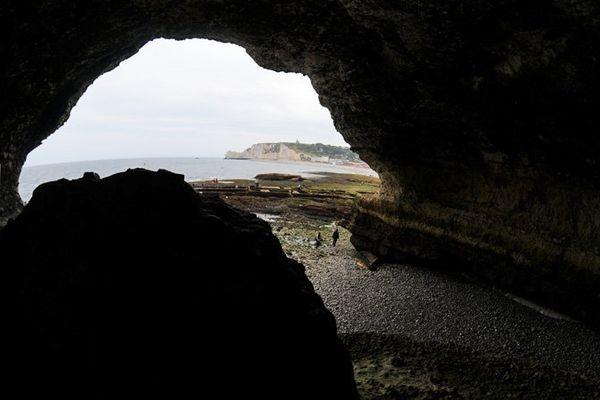 La grotte dite du Trou à l'Homme à Etretat (76)