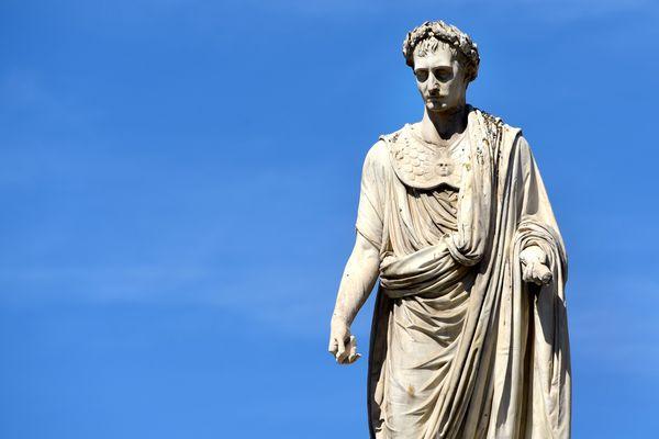 Deux cents ans après sa mort, Napoléon, enjeu historique. Et politique.