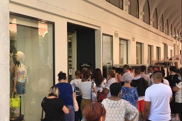 Des dizaines de personnes attendent à l'entrée des magasins à Nice en ce premier jour des soldes.