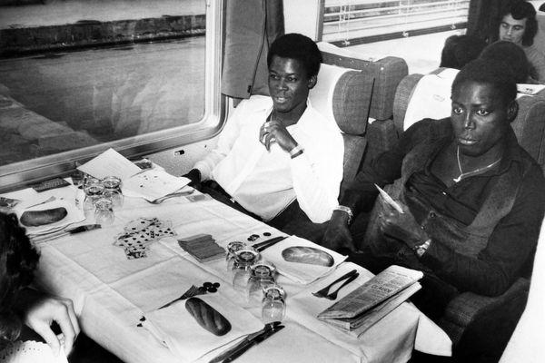 Marius Trésor (à gauche) et Jean-Pierre Adams, dans un train pour Bruxelles le 11 octobre 1974, avant le match de l'équipe de France face à la Belgique à l'Euro.